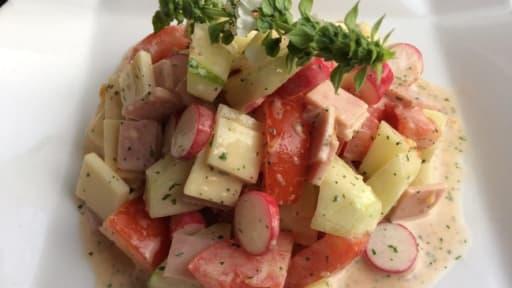 Salade mêlée aux crudités et au fromage