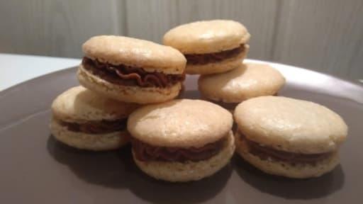 Macarons à la noisette fourrés au ganache chocolat praline