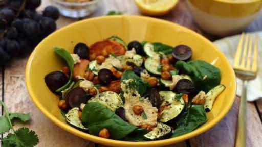 Salade de patate douce rôtie au houmous et raisins noirs