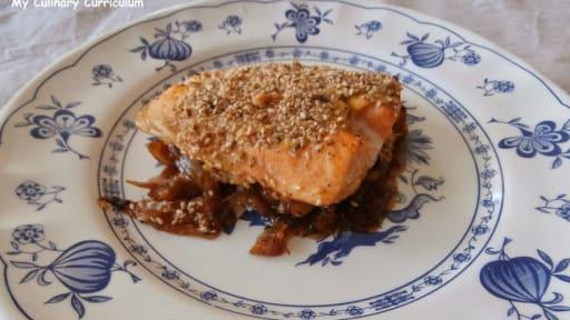 Saumon en croûte de moutarde anglaise, sésame toasté et confit d'oignons