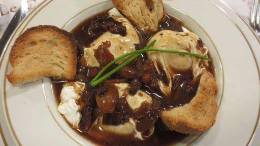 Oeufs en meurette, sauce au vin, lardons, champignons