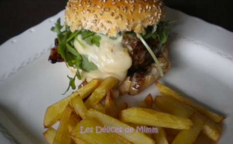 Burger de boeuf limousin, bacon et sauce au cantal