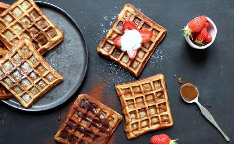 Gaufres et toppings choco-coco, caramel ou fraises à la crème