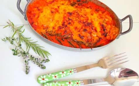 Filets de poulet farcis à la mozzarella, coulis de poivrons, gratinés au cheddar