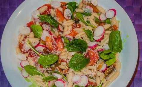 Salade de pâtes aux poivrons, radis et épinards