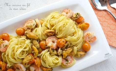 Tagliatelle aux moules, crevettes et tomates cerise poêlées à l'ail