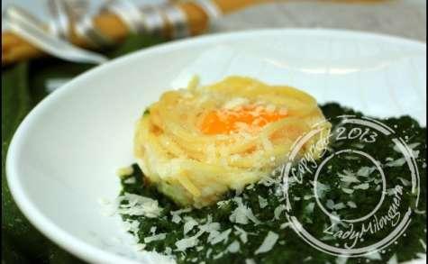 Oeufs au plat en nid de spaghetti et crème d'épinards