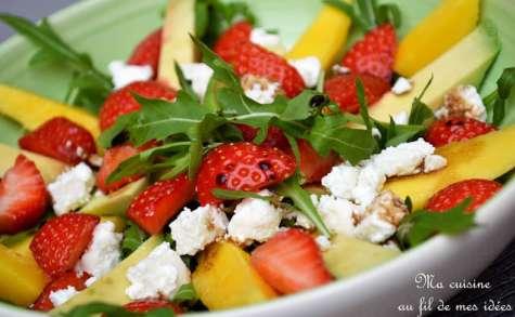 Salade de mangue, avocat et fraises, feta et vinaigrette balsamique