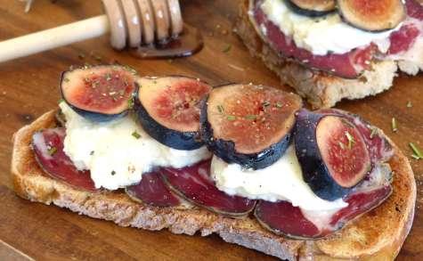 Tartines à la figue, coppa et fromage frais