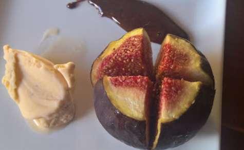 Figues rôties au vin rosé, épices & glace à la fève de Tonka