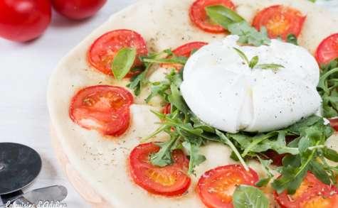 Pizza blanche à la burrata, tomate et roquette