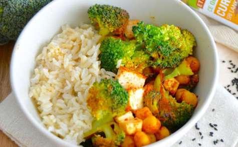 Bol épicé au riz, tofu, brocoli et pois-chiches grillés