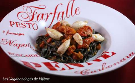 Spaghetti à l'encre de seiche, calamars et sauce poivron-chorizo