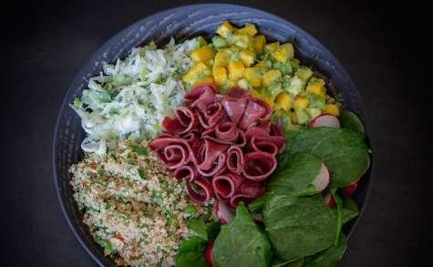 Buddha bowl au magret fumé, choucroute crue, quinoa, amandes, mangue et avocat