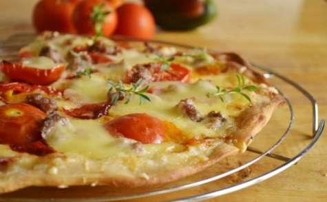 Pizza à la crème et aux tomates fraîches