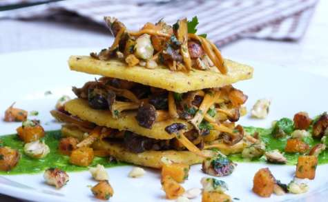 Millefeuille de polenta aux chanterelles d'automne, noisettes et butternut, jus de persil