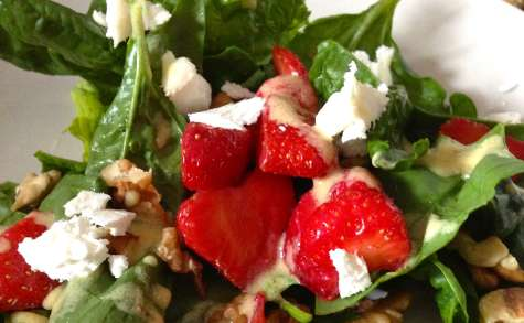 Salade d'épinards aux fraises, chèvre et noix