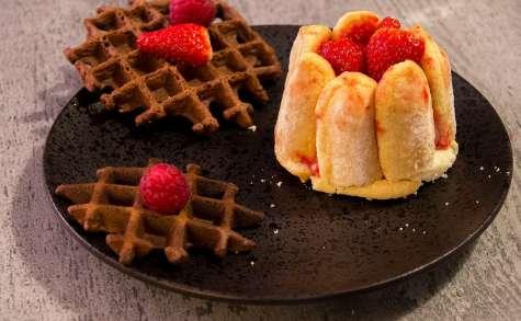 Petites charlottes aux fraises et aux framboises et gaufres au cacao