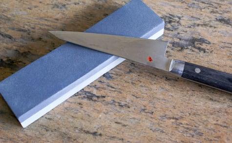Aiguisage d'un couteau à la pierre