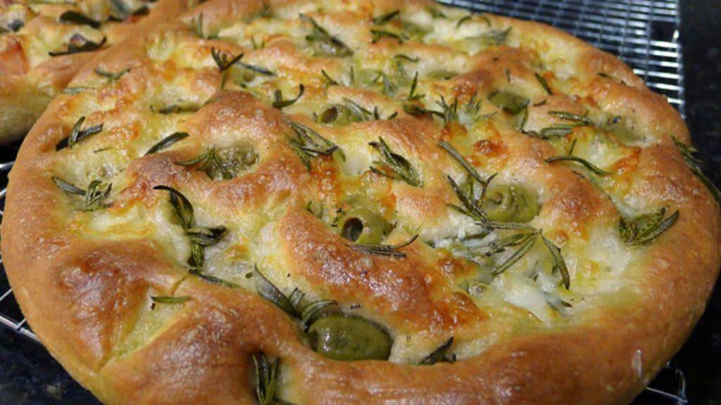 Focaccia aux olives et romarin