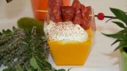 Velouté de carottes, pétales de chorizo et chantilly aux paillettes de chocolat piment