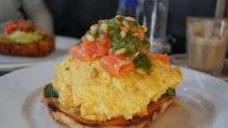 Omelette soufflée à a citrouille, saumon, pesto en bruschetta