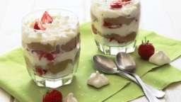 Eton mess à la rhubarbe, fraise et amande