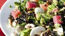 Salade alcaline poireau cru et chou kale marinés, légumes et légumineuses