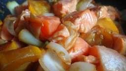 Wok de saumon aux oignons et courgettes jaunes