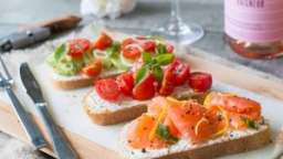 Bruschetta au saumon fumé, tomates cerises ou avocat