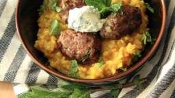 Aashemaste (riz curcuma et boulettes de bœuf aux herbes)