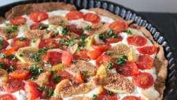 Tarte végétarienne aux figues, fromage de chèvre, poires et tomates cerises