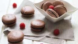 Macarons au chocolat et aux framboises