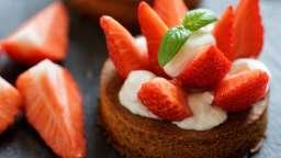 Tarte aux fraises sur sablé breton, chantilly au basilic