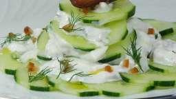 Salade de concombres sauce à la grecque et dattes