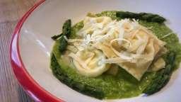 Raviolis au provolone sur crème d'asperges