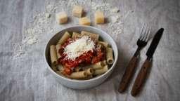 Tortiglioni à l'orge, sauce tomate, tomates séchées, olives vertes & parmesan