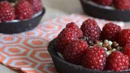 Tartelettes sablées au cacao, framboises et rose