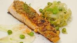 Saumon en croûte d'amandes et piment d'Espelette, poêlée de courgette et fenouil