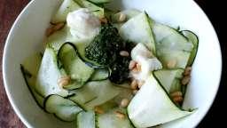 Salade de courgettes crues au chèvre frais, pesto de roquette, pignons grillés