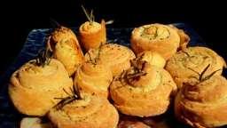 Petits escargots feuilletés au fromage, poivre et romarin