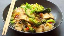 Wok de brocoli au tofu fumé, avocat et nouilles (de soja, soba,riz ou konjac)