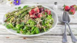 Salade asperges quinoa brocolis fraises - sauce tahine