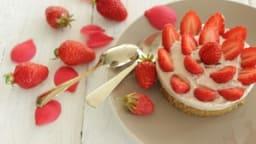 Entremet du printemps à la fraise et à la rose