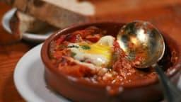 Légumes du soleil grillés à la plancha, au barbecue, au chorizo, jambon et oeufs