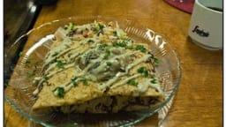 Crêpe pizza à la saucisse italienne, aux tomates, aubergines, champignons et poivrons