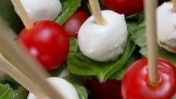 Brochettes de salade à la tomate, mozzarella, radis, concombre et basilic