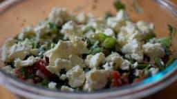 Salade au quinoa, tomates, feta, noix et fines herbes