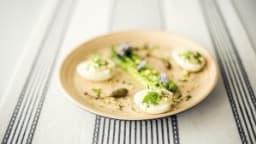 Trio d'asperges et ses oeufs mimosa aux escargots et câpres, vinaigrette estragon
