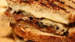 Grilled cheese sandwich au gruyère et confiture de bacon